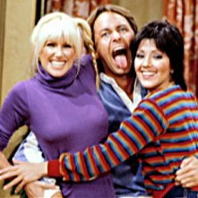 Una scena della sitcom Tre cuori in affitto con John Ritter, Joyce DeWitt e Suzanne Somers