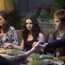 Constance Marie, Vanessa Marano e Lucas Grabeel nell'episodio 'American Gothic' di Switched at Birth