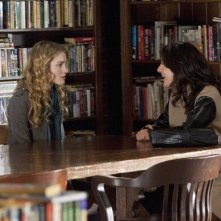 Skyler Samuels e Alicia Coppola nell'episodio 'Green Star' di The Nine Lives of Chloe King