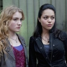 Skyler Samuels e Alyssa Diaz nell'episodio 'Green Star' di The Nine Lives of Chloe King
