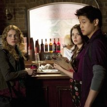 Skyler Samuels, Grace Phipps e Ki Hong Lee nell'episodio 'Green Star' di The Nine Lives of Chloe King