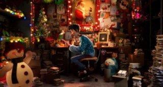 Un'immagine del protagonista di Arthur Christmas nel suo ufficio