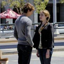 Una foto di Skyler Samuels e Benjamin Stone nell'episodio 'Green Star' di The Nine Lives of Chloe King