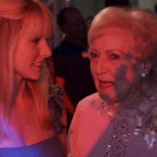 Kristen Bell con Betty White nel film You Again