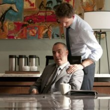 Titus Welliver e Patrick J. Adams nell'episodio 'Inside Track' di Suits