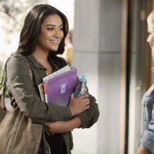 Troian Avery Bellisario e Claire Holt nell'episodio 'Blind Dates' di Pretty Little Liars