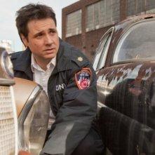 Una foto promozionale di Adam Ferrara per Rescue Me Stagione 7