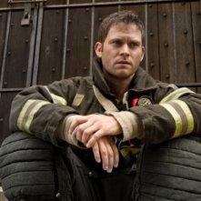Una foto promozionale di Steven Pasquale per Rescue Me Stagione 7