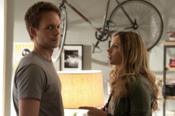 Una scena con Patrick J. Adams nell'episodio 'Inside Track' di Suits