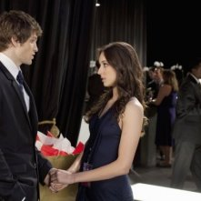 Una scena con Troian Avery Bellisario e Keegan Allen nell'episodio 'Never Letting Go' di Pretty Little Liars