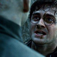 Daniel Radcliffe in lotta contro Ralph Fiennes in Harry Potter e i doni della morte - parte 2