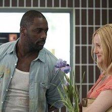 Laura Linney e Idris Elba in una scena dell'episodio La cabriolet di The Big C.