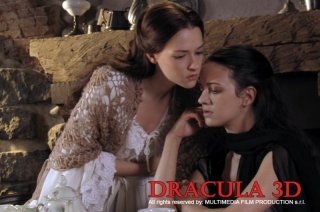 Asia Argento accanto a Marta Gastini in una scena di Dracula 3D (2012)