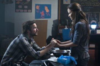 Noah Wyle e Moon Bloodgood in una scena dell'episodio Silent Kill della serie Falling Skies