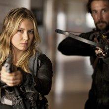 Sarah Carter e Noah Wyle in una scena dell'episodio Silent Kill della serie Falling Skies