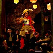 Giuseppe Moscati: Paola Casella interpreta Cloe, soubrette del cafè chantant, in una scena della fiction televisiva