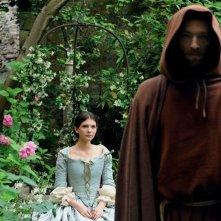 Vincent Cassel con Joséphine Japy (alle spalle) nel film The Monk