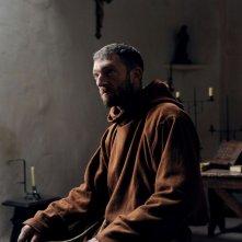 Vincent Cassel nei panni del monaco nel film Le moine