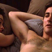 Anne Hathaway e Jake Gyllenhaal in una sensuale immagine di Amore ed altri rimedi