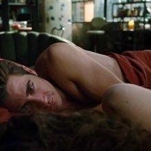 Jake Gyllenhaal in una delle sequenze più sensuali di Amore ed altri rimedi