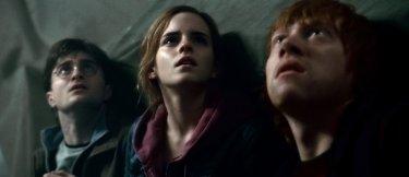 Harry, Hermione e Ron a Hogwarts in una scena di Harry Potter e i doni della morte parte 2