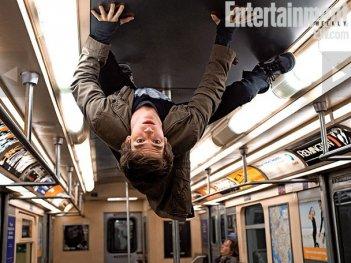 Andrew Garfield nei panni di Spider-Man in un'immagine pubblicata dalla rivista Entertainment Weekly