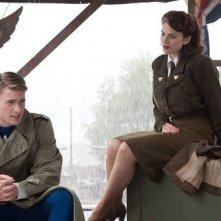 Chris Evans e Hayley Atwell in una sequenza di Captain America: il primo vendicatore