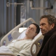 Hugh Laurie e Sasha Roiz nell'episodio Carrot or Stick di Dr House
