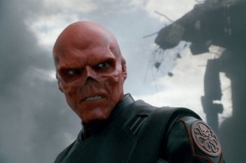 Hugo Weaving nelle mostruose vesti di Red Skull in Captain America