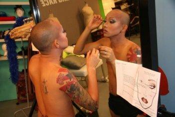 America's Next Drag Queen: un concorrente al trucco