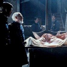 John Cusack e il resto del cast di The Raven in una raccapricciante scena funebre