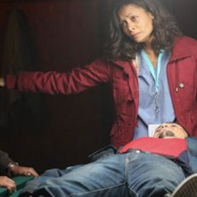 Thandie Newton e Jacob Latimore in una scena drammatica di Vanishing on 7th Street
