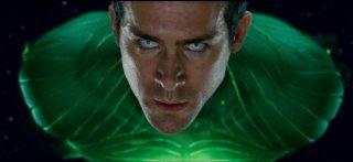 Un primo piano di Ryan Reynolds in una sequenza di Green Lantern