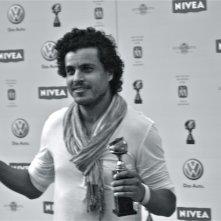Mohamed Zouaoui con un riconoscimento ricevuto per I fiori di Kirkuk