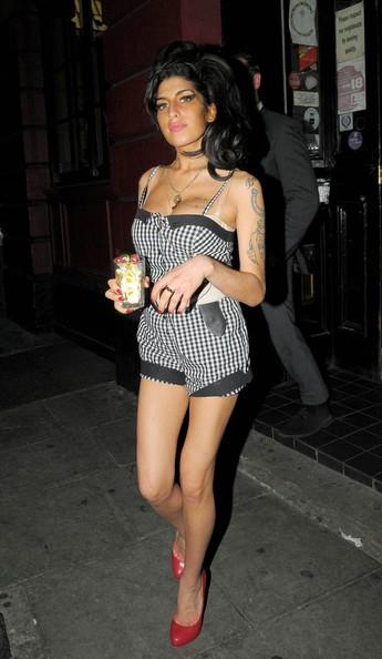Amy Winehouse Con Un Bicchiere Di Caramelle In Mano Agosto 2010 210033