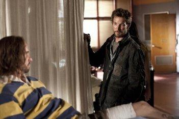 Colin Cunningham e Noah Wyle in una scena dell'episodio Sanctuary (parte 2) della serie Falling Skies