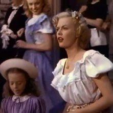 June Haver in una scena di Scudda-Hoo! Scudda-Hay! Alle sue spalle, Marilyn Monroe, con i capelli rossi
