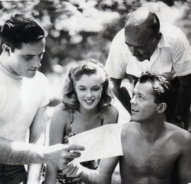 Lon Mccallister Marilyn Monroe Al Centro Con Robert Karnes E F Hugh Herbert Sul Set Di Scudda Hoo Sc 210114