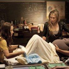 Moon Bloodgood, Sarah Carter e Melissa Kramer in una scena dell'episodio Sanctuary (parte 2) della serie Falling Skies