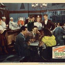 Una immagine promo del film Dangerous Years in cui appare Marilyn Monroe (al centro, dietro i ragazzi in primo piano)