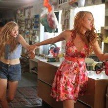 Chloe Moretz e Blake Lively in una concitata sequenza di Hick