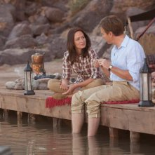 Ewan McGregor ed Emily Blunt a pesca in una scena di Salmon Fishing in the Yemen