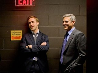 George Clooney e Ryan Gosling fianco a fianco in una scena di Le idi di marzo