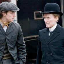 Glenn Close e Aaron Johnson in una scena di Albert Nobbs