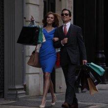 Hilarie Burton e Matthew Bomer in una scena dell'episodio Taking Account di White Collar