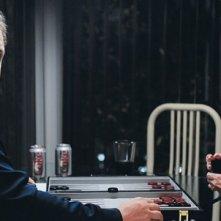 Jordan Gelber e Mia Farrow in una scena di Dark Horse