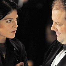 Jordan Gelber e Selma Blair complottano in Dark Horse