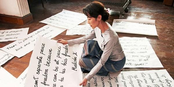 Michelle Yeoh Lavora Per Il Suo Popolo Preparando I Manifesti In Una Scena Di The Lady 210323