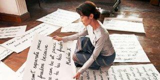 Michelle Yeoh lavora per il suo popolo preparando i manifesti in una scena di The Lady