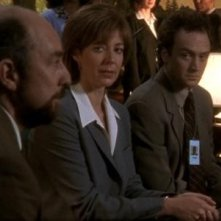 Richard Schiff, Allison Janney e Bradley Whitford in una scena dellìepisodio pilota di West Wing